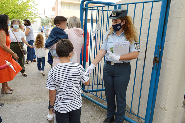 Ενημερωτικά φυλλάδια διένειμαν σήμερα το πρωί αστυνομικοί, σε γονείς και μαθητές δημοτικών σχολείων της Περιφέρειας Στερεάς Ελλάδας, εν όψει της έναρξης της νέας σχολικής περιόδου